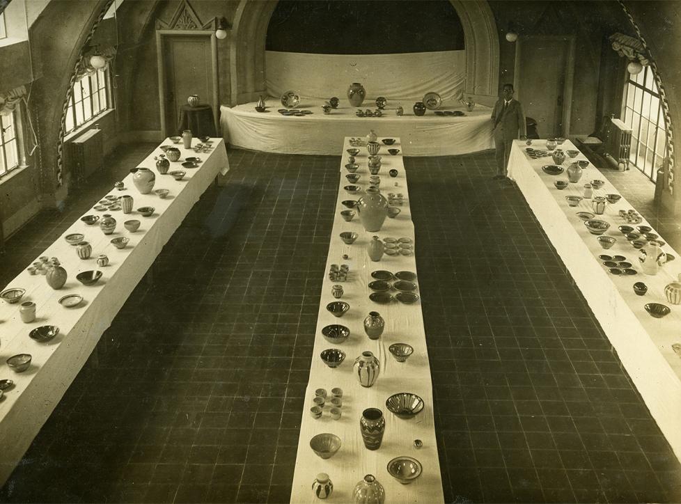 並べられている陶器①