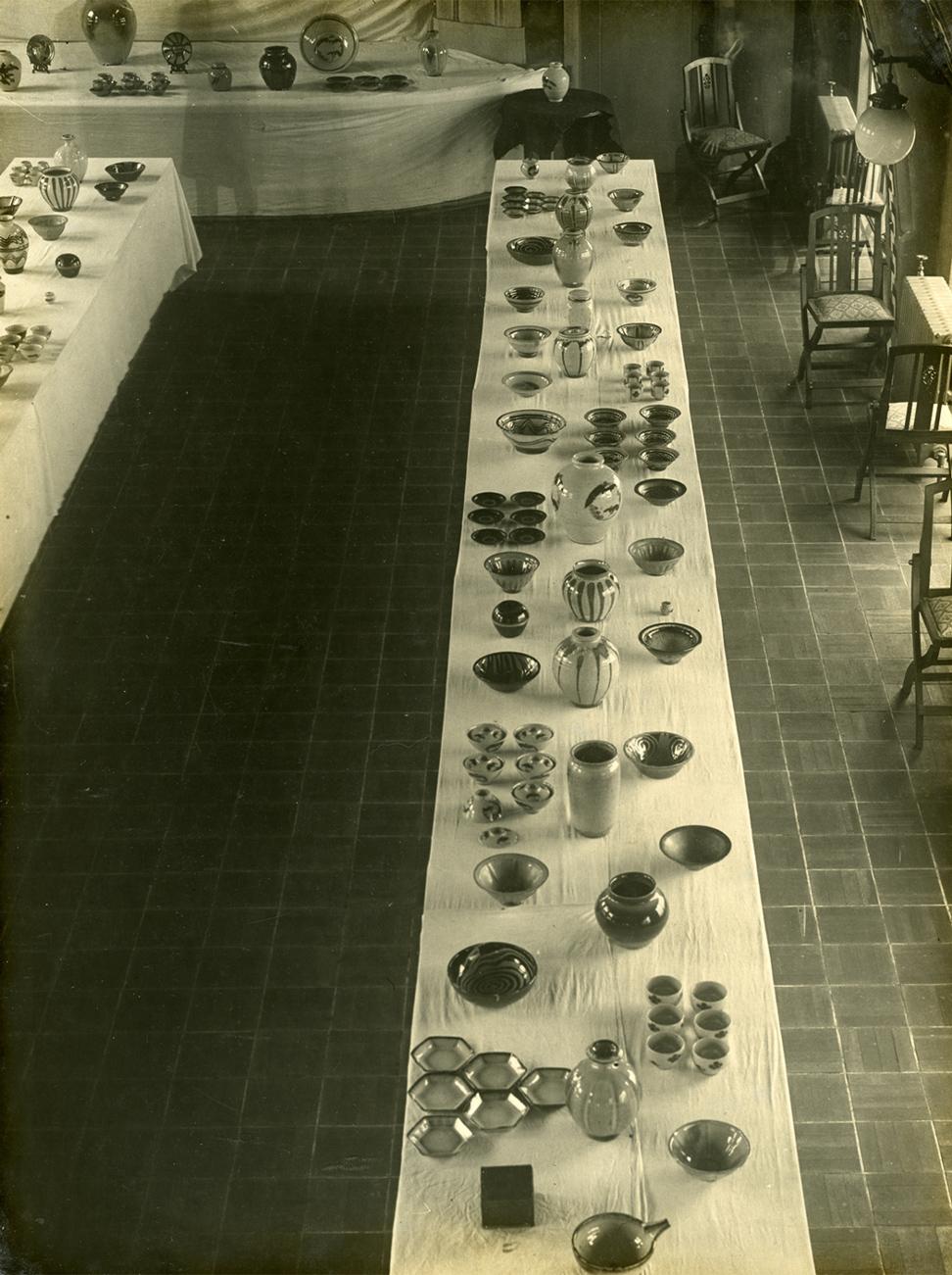 並べられている陶器②