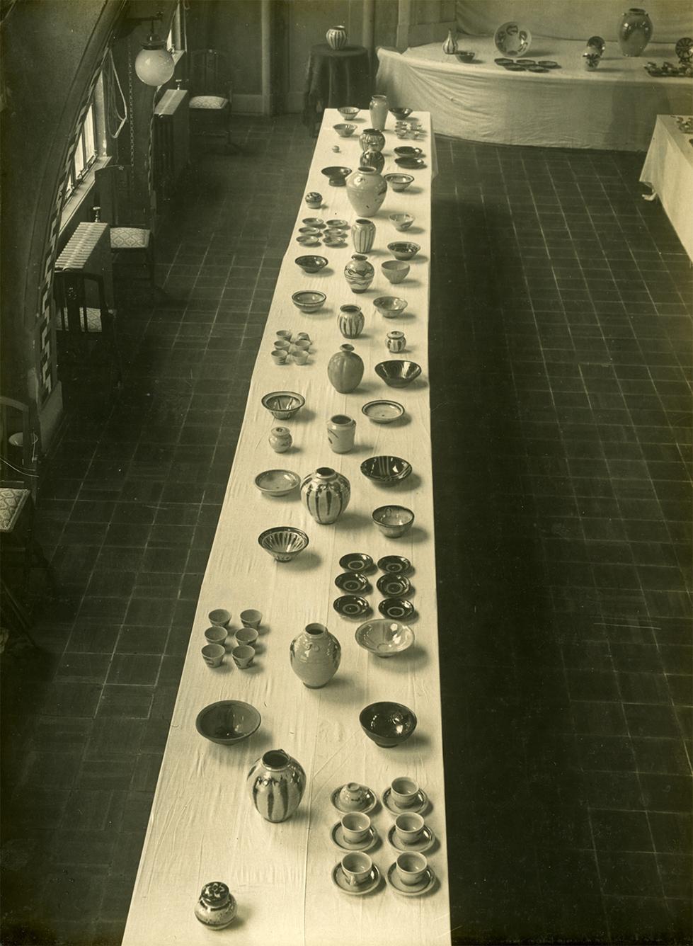 並べられている陶器④