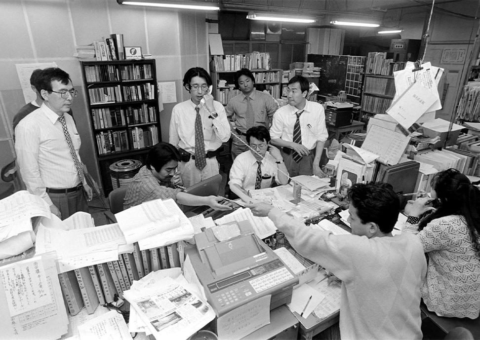 1998年4月12日京都府知事選投開票日。提供:毎日新聞社 撮影:中山和弘氏